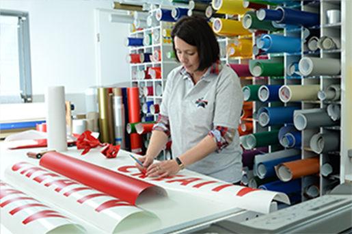 Werbegrafik Folien Mitarbeiter Messebau